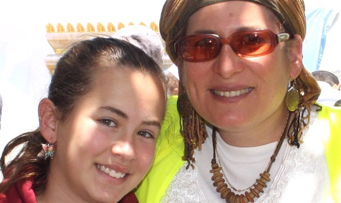 Hallel Ariel, pictured with her mother