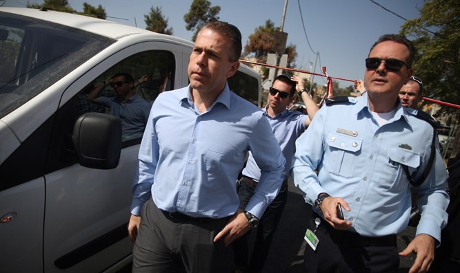 Minister Erdan at the scene of the terror attack