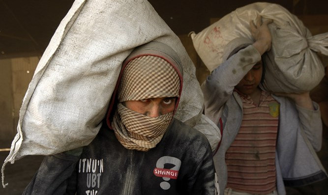 Gazan Arabs smuggle cement through tunnels
