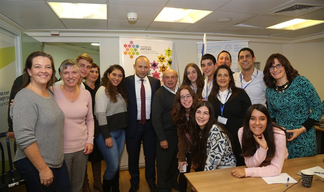 Bennett and Sharansky with Jewish students from around the world