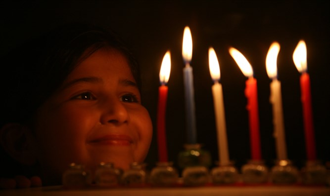 Lighting Chanukah candles (illustration)