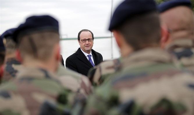 French President Hollande with French soldiers