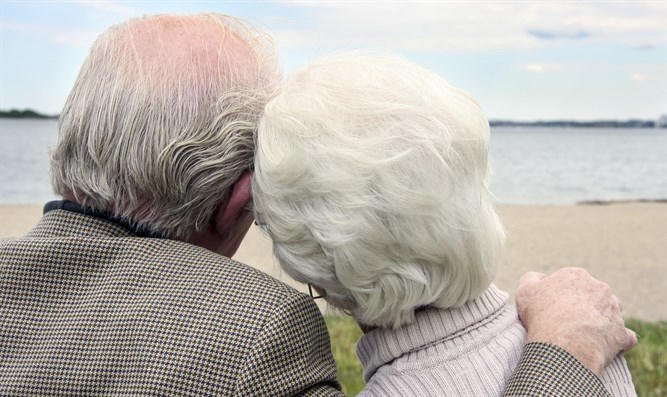 Elderly couple (illustrative) (iStock) זקנים אנשים זוג