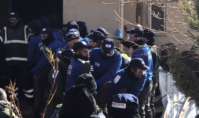 Demonstrators removed from Amona synagogue