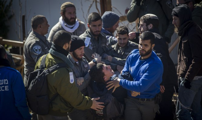 Security forces remove demonstrators from Amona synagogue