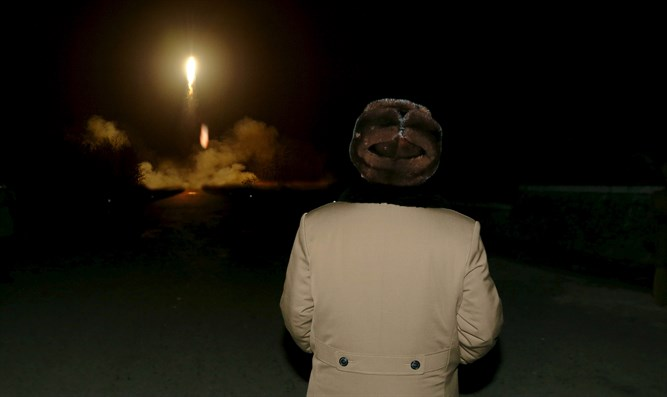North Korean leader Kim Jong Un watches ballistic missile launch (archive)