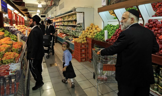 Haredim in supermarket