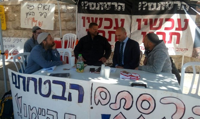 Bennett visits hunger strikers