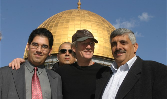 Richard Gere (center) visits Temple Mount