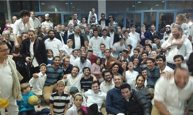 Rabbi Re'em Cohen with yeshiva students and Otniel residents
