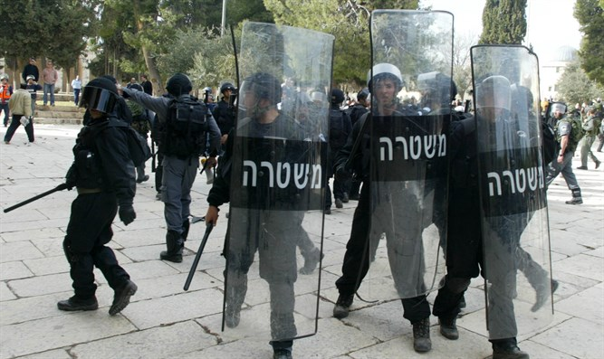 Police officers on the Temple Mount (illustrative)