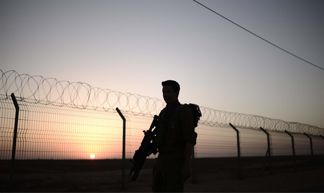 IDF soldier on the border with Gaza (file)