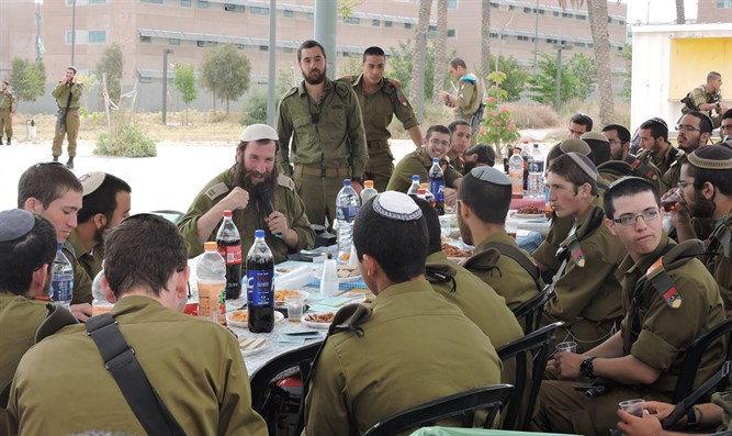 Rabbi Peretz Einhorn with soldiers