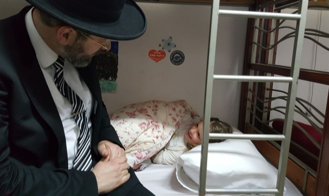 Rabbi David Lau meets a young evacuee from Amona