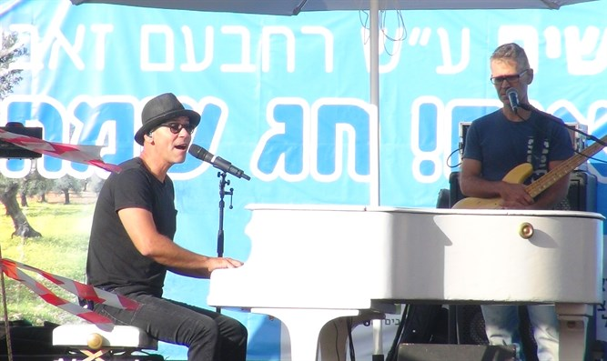 Rami Kleinstein performs in Samaria