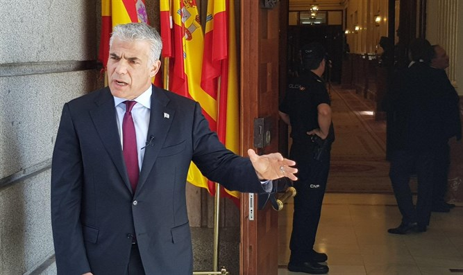 Lapid at entrance of Spanish Parliament