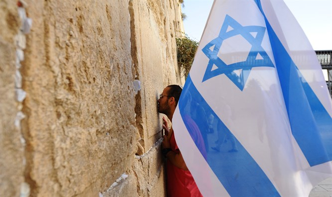 Worshiper kisses the Kotel in Jerusalem (file)