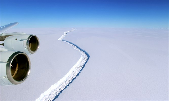 Rift along Larsen C ice shelf