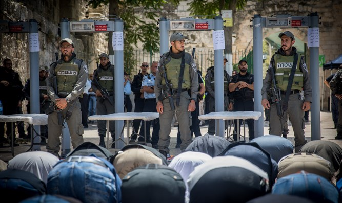 Muslim worshippers and Israeli guards on Temple Mount
