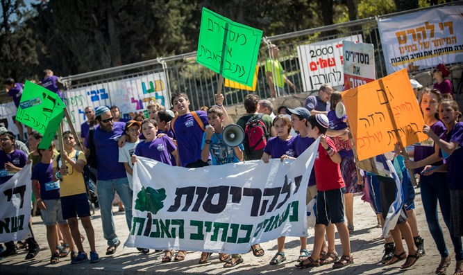 Children of Netiv Ha'avot protest this morning