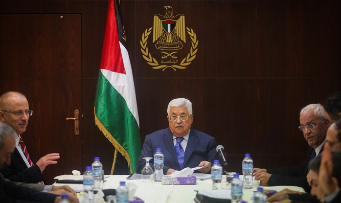 PA president Mahmoud Abbas (c) at meeting of Executive Committee of PLO