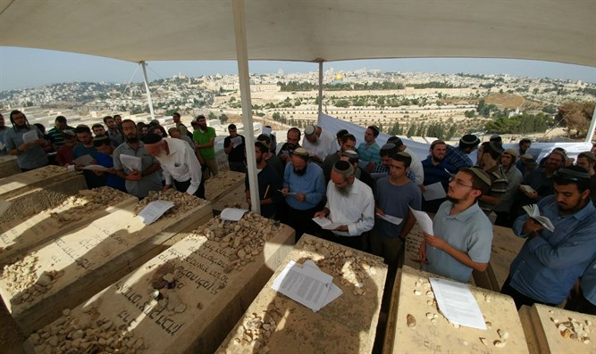Jews visit Rabbi Kook's grave on Friday