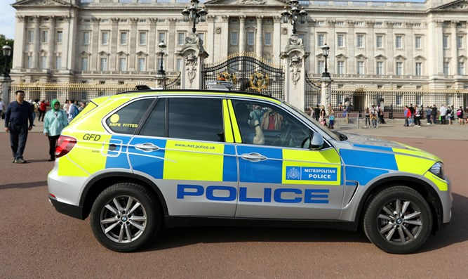 Police vehicle patrols outside Buckingham Palace