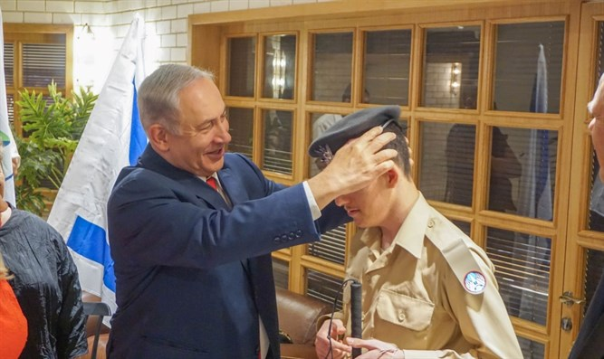 Binyamin Netanyahu places Daniel Defur's beret on his head