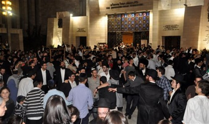 Thousands danced at Jerusalem Great Synagogue