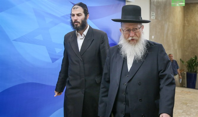 Litzman on way to cabinet meeting