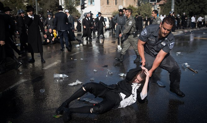Police break up haredi demonstration in Jerusalem