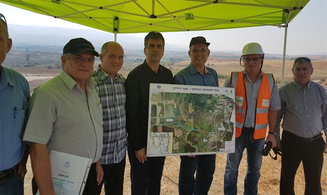 Minister Cohen visits construction site