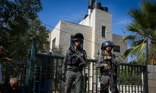 Israeli forces outsidwe of Har Adar murderer's house