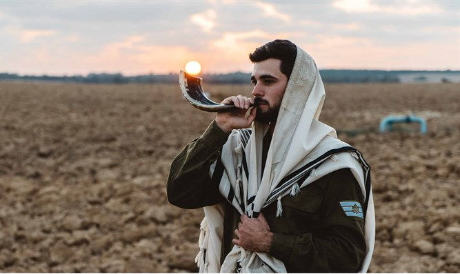 IDF soldier blows shofar