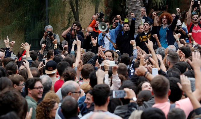Protesters gather outside of polling center as Spain outlaws referendum