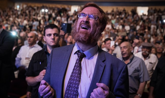 Glick praying Selichot at Likud event