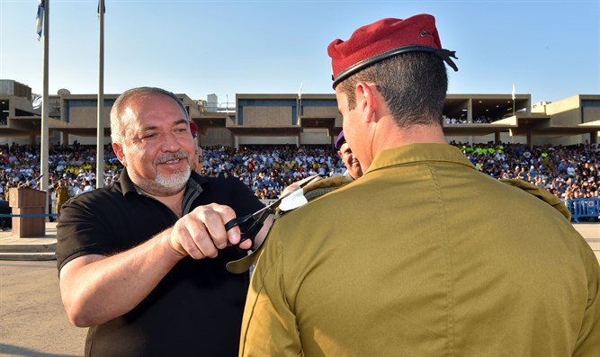 Liberman with IDF soldiers