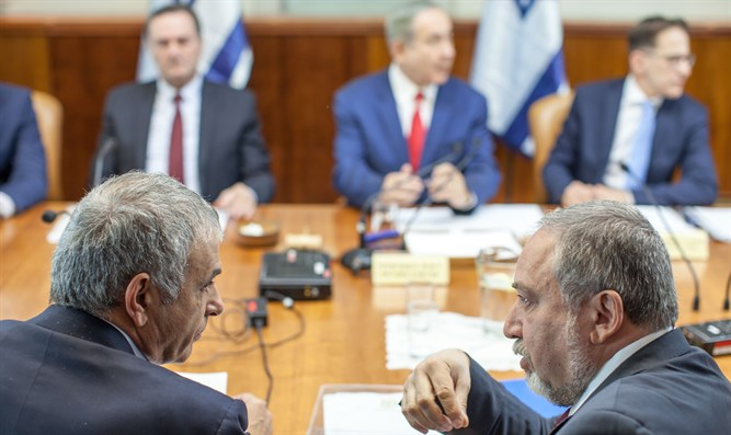 Avigdor Liberman and Moshe Kahlon at a government meeting