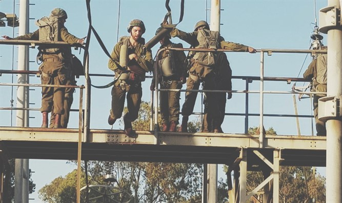 Haredi paratroopers conduct simulated jumps