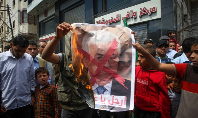 Gazans burn photo of Mahmoud Abbas