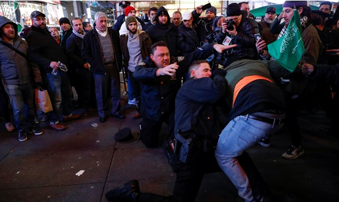 Police scuffle with anti-Israel operative in TImes Square