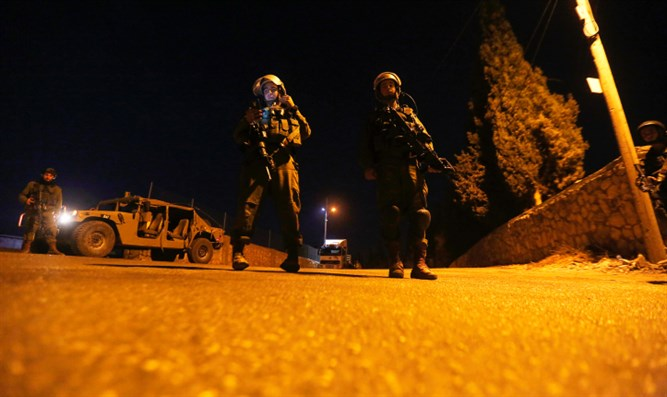 IDF soldiers stand guard after attack (archive)
