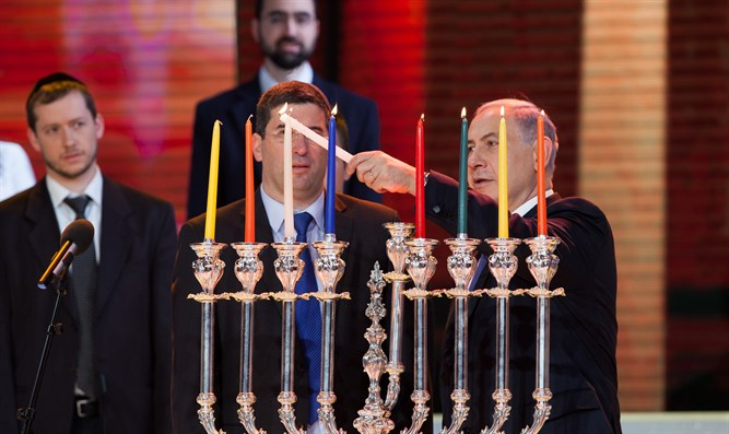 Binyamin Netanyahu lights Hanukkah candles