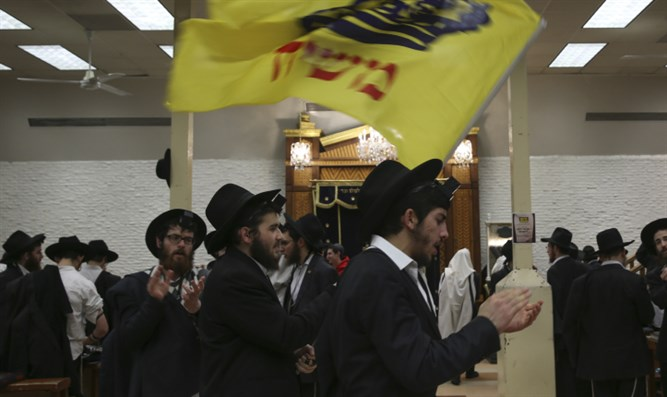 Chabad Hassidim dancing at 770