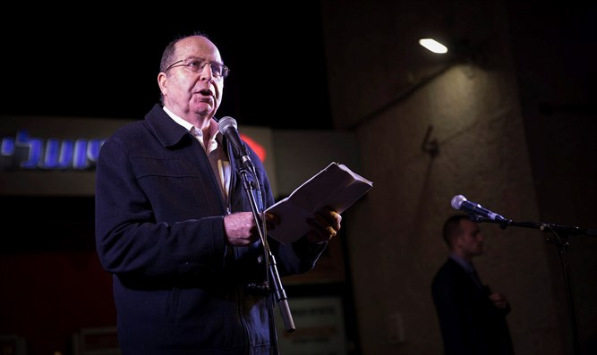 Moshe Ya'alon at a protest in Jerusalem