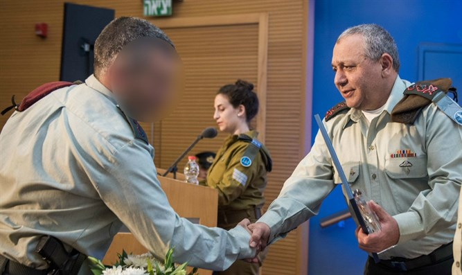Chief of Staff presents award to Commander of the Duvdevan Unit