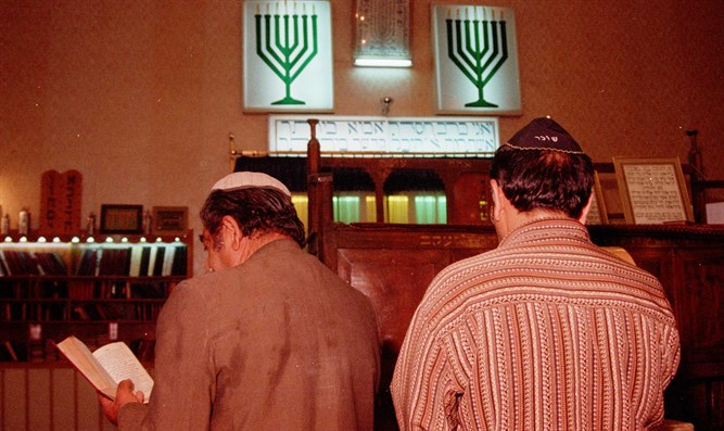 Iranian Jews pray at a synagogue in Shiraz (archive)