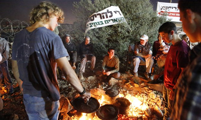 Youth camp out in preparation to resist Netiv Ha'avot destruction