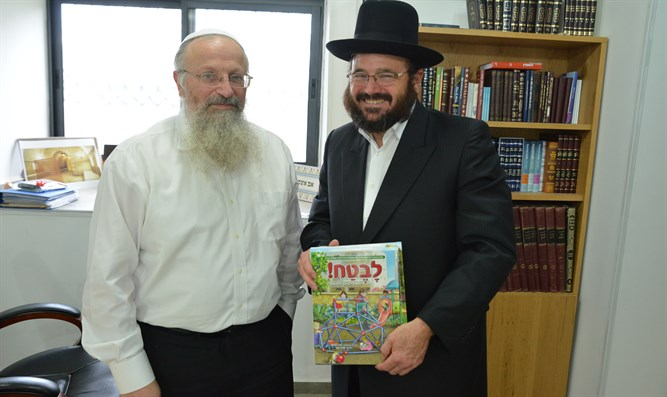 Rabbi Yakov Horowitz (r) meets with Rabbi Shmuel Eliyahu (l)