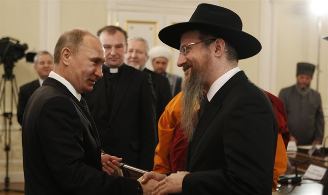 Vladimir Putin shakes hands with Rabbi Berel Lazar